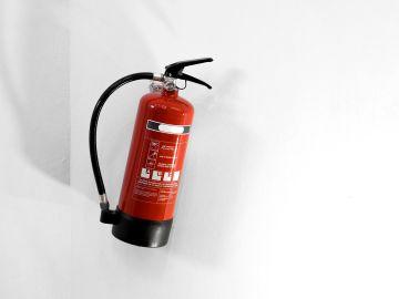 Un extintor en polvo sirve para cualquier tipo de incendios. / Foto: Freepik