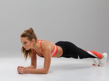 La plancha es un ejercicio de resistencia que endurece el abdomen. / Foto: Freepik