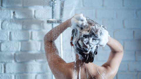 Cuida tu cuero cabelludo con estos champús naturales. /Foto: Freepik