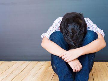 Los varones se ven más afectados por la ausencia de uno de los padres. / Foto: Jcomp - Freepik.