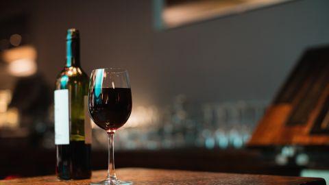 Algunas copas a la semana te ayudarán a prevenir algunas afecciones. / Foto: Freepik.