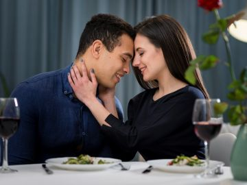 Una cena con tu pareja siempre será una buena opción. / Foto: Freepik.
