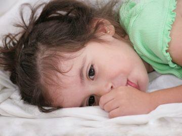 Hay que tener paciencia y tolerancia, cada niño dejará por sí solo de chuparse el dedo. / Foto: Shutterstock.