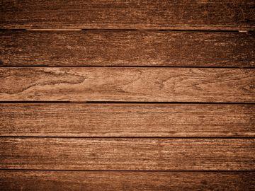 Hay que estar atentos a cualquier agujero que aparezca en nuestra madera. / Foto Freepik.