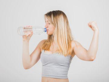 No tomar agua, es un hábito que no te ayudará a perder peso. / Foto: Freepik.