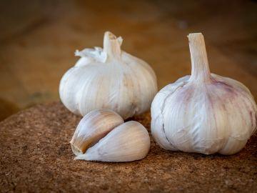 El ajo es uno de los remedios caseros más populares para combatir el colesterol. / Foto: Wirestock - Freepik.