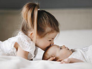 bebé y hermanito