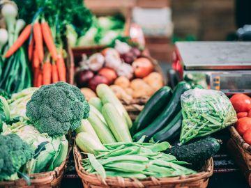 Los vegetales verdes son ricas en fibra y ayudan a tener una mejor flora intestinal y prevenir enfermedades