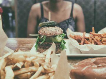 El estrés está relacionado con la ingesta de comida no saludable. / Foto: Obi Onyeador - Unsplash.