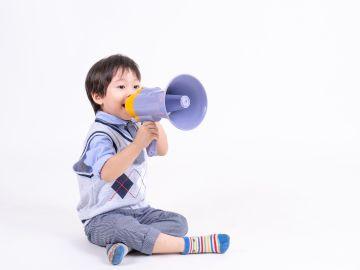 a qué edad comienzan a hablar los niños