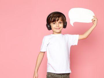 un niño habla