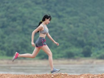Correr o caminar es necesario para mantener sanos nuestros huesos. / Foto: Sasint - Pixabay.