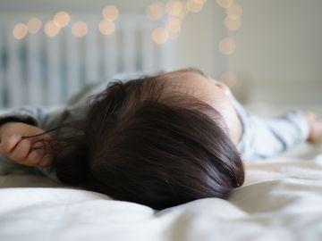 Mi hijo tiene movimientos involuntarios cuando duerme: ¿es normal?