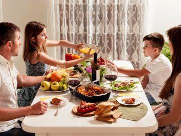 Comer en familia podría prevenir los trastornos de la conducta alimentaria y la obesidad en los adolescentes