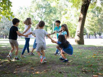 Cómo beneficia a los niños jugar al aire libre