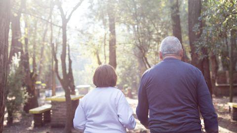 Caminar varias veces a la semana podría reducir problemas de memoria