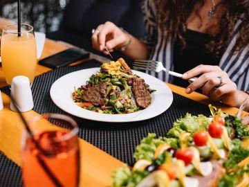 Las carnes rojas y vegetales de hojas verdes son ricos en hierro