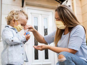 padres de niños menores con mascarilla