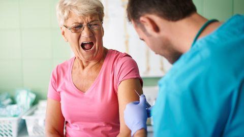 Por qué las personas mayores de 65 años experimentan menos efectos secundarios con la vacuna anti-Covid